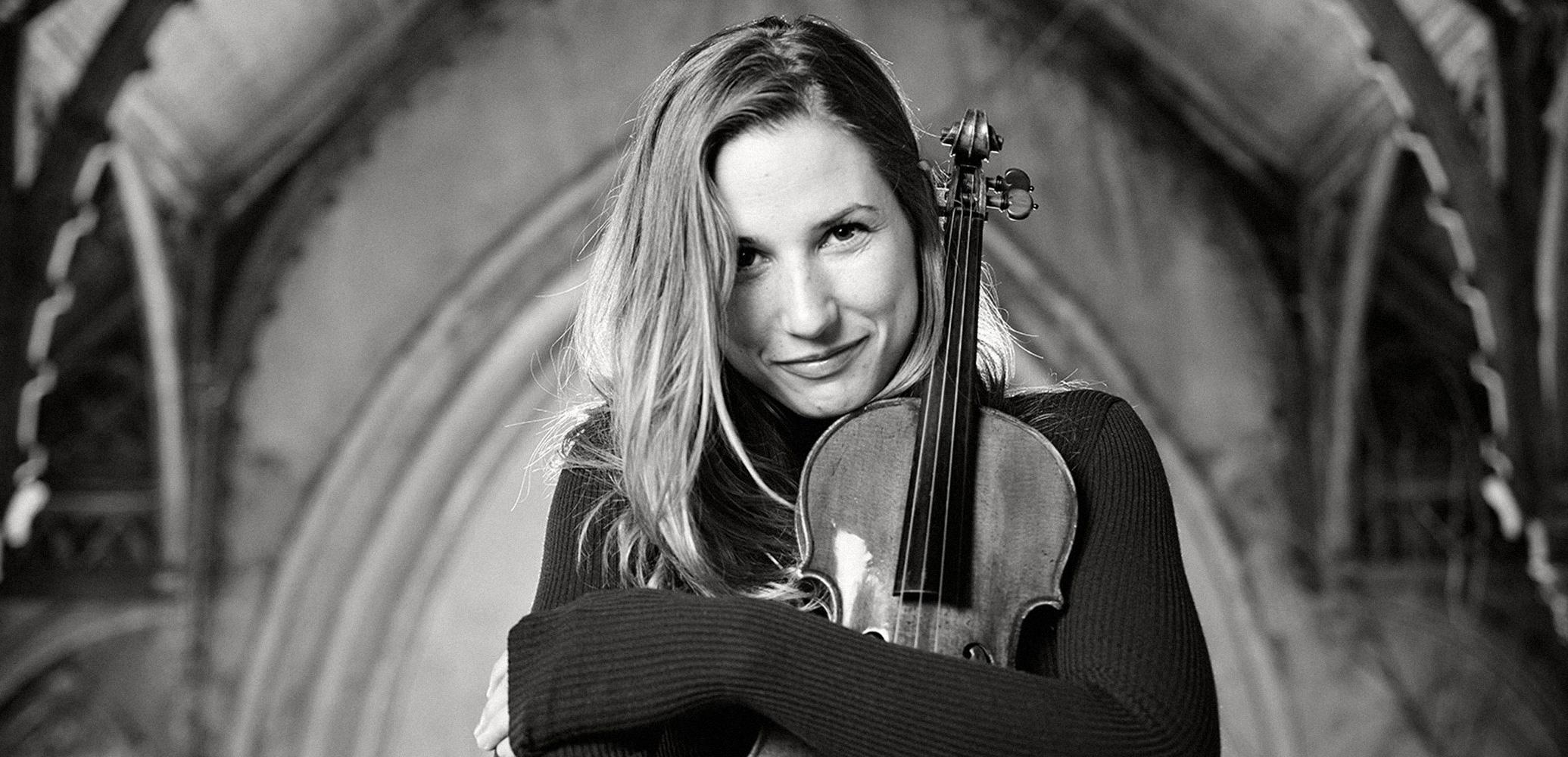 Rosanne Philippens Håller Om Sin Violin