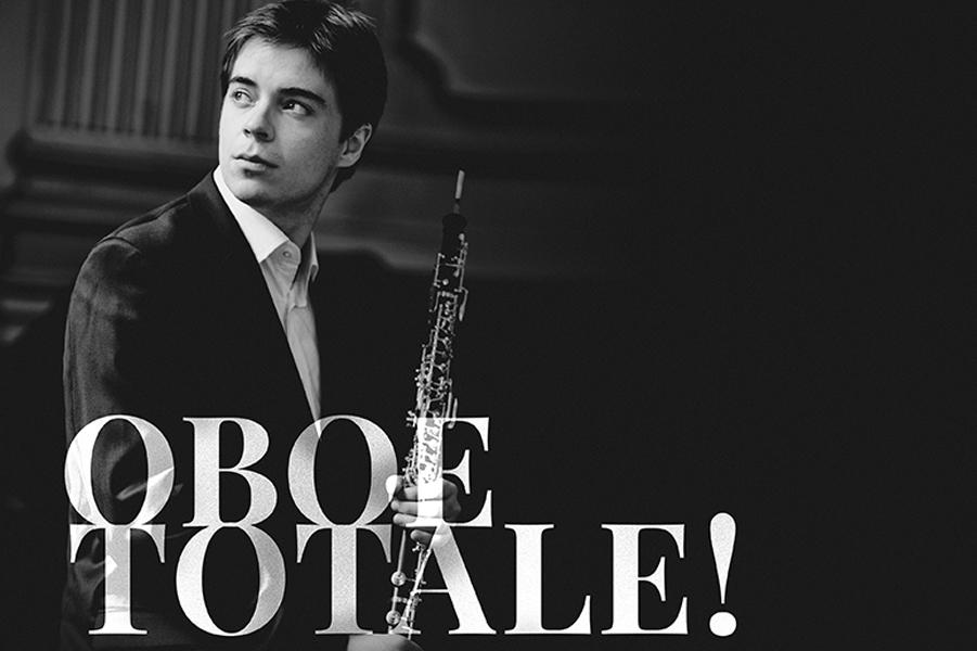 Oboeist Mot Svart Bakgrund Och Vit Text